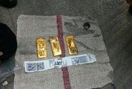 Máy bay hạ cánh khẩn cấp vì…3 miếng vàng
