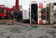 Container lật ngay bùng binh, tài xế thoát chết