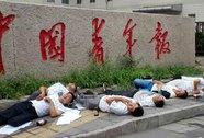 7 người uống thuốc trừ sâu trước trụ sở báo Thanh niên Trung Quốc