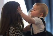"""Hoàng tử bé George lần đầu """"hẹn hò"""" với 10 nhóc tì"""