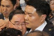 Vụ chìm tàu Sewol: Thủ tướng Hàn Quốc bị ném chai nước