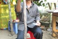 Bắt rắn trong công viên, một thanh niên bị rắn cắn chết