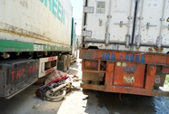 Cố vượt xe container, người đi xe máy tự gây họa