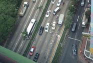 """Hồng Kông: Hàng triệu USD rơi bất ngờ, người đi đường ùa ra """"hôi của"""""""
