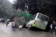 Xe tải chở hơn 70 tấn gạo lật đè bẹp xe khách