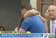 Mẹ nạn nhân ôm hung thủ giết con gái