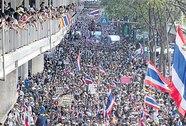 Ông Thaksin hối thúc em gái trụ lại