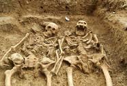 Cặp đôi nắm tay nhau 700 năm dưới mộ