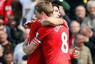Liverpool chạm tay vào cúp