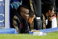Milan thua ngược, Balotelli bật khóc