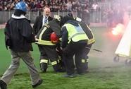 Hooligan đang xua đuổi cầu thủ Ý