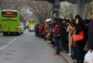 Cha mẹ chờ xe buýt thay con