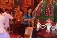 Bà Yingluck đang làm gì?