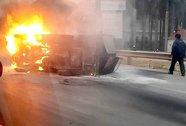 Đấu đầu taxi, xe tải bốc cháy rừng rực