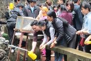"""Hàng ngàn du khách ùn ùn kéo về Phủ Na xin """"nước thánh"""""""