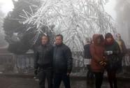 Du khách lũ lượt lên Mẫu Sơn xem băng tuyết