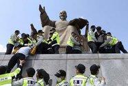 Vụ chìm tàu Sewol: Gia đình nạn nhân biểu tình trước dinh tổng thống