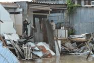 Sạt lở nhấn chìm 7 căn nhà trong đêm