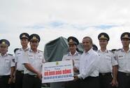 Chủ tịch Tổng LĐLĐ Việt Nam thăm, tặng quà cảnh sát biển và kiểm ngư