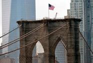 Cờ Mỹ trên cầu Brooklyn bị tẩy trắng