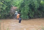 Bảo đảm an toàn cho người dân khi qua sông, qua suối