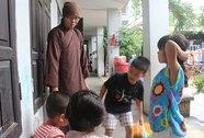 Chuyển nhiều cháu và cụ già từ chùa Bồ Đề đến trung tâm bảo trợ xã hội