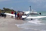 Máy bay rơi, đâm chết người trên bãi biển