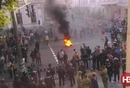 Kiev lại biểu tình, quan chức bị nhét vào thùng rác