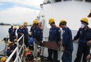 Báo Người Lao Động tặng quà cho công nhân sửa chữa 2 tàu cảnh sát biển