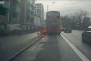 Bị đá văng khỏi xe buýt đang lăn bánh