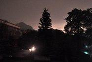 """Hiện tượng """"ngày hóa đêm"""": Do mây đen dày che mặt trời"""