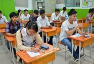 Ngồi thi bằng bàn ghế... học sinh tiểu học