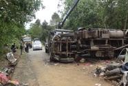 Xe tải va vào vách núi, 3 người bị thương