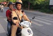 Đến trường thi bằng xe cảnh sát