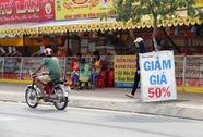 Cửa hàng ế ẩm, bánh trung thu hạ giá sớm