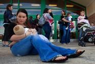 12 bác sĩ bị bắt vì khuyến khích nuôi trẻ bằng sữa bột
