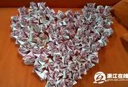 Xếp 999 bông hồng bằng tiền mặt cầu hôn bạn gái