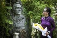 Khánh Ly viếng mộ Trịnh Công Sơn