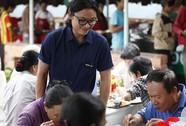 Thí sinh Vua đầu bếp nấu ăn tại quán cơm xã hội Nụ Cười 6