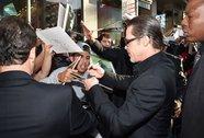Brad Pitt đột ngột bị đấm vào mặt