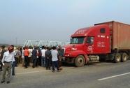 Truy đuổi xe container tông người đi xe đạp, kéo lê gần 100 m