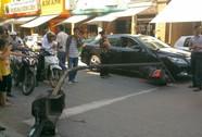 Đèn giao thông gãy đổ đè móp đầu Camry bạc tỉ