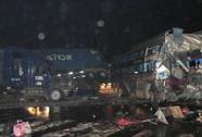 Xe giường nằm tông container, hàng chục người thương vong