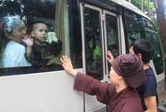 Bật khóc chia tay 12 trẻ em và người già cơ nhỡ ở chùa Bồ Đề