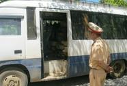 Xe khách tháo hết ghế để chở gỗ lậu