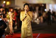 Hoài Linh vàng rực trên thảm đỏ