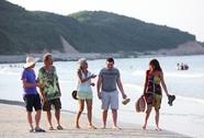 """Hơn 100 khách quốc tế muốn ở lại đảo """"trải nghiệm"""" bão Thần Sấm"""