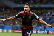 """Miroslav Klose """"bay"""" vào lịch sử"""