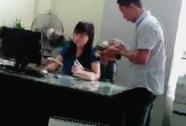 """Đình chỉ phó phòng Bộ Công Thương nhận tiền """"lót tay"""" công khai"""