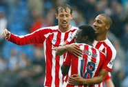 Stoke quật ngã Man City, Swansea tạm chiếm ngôi đầu